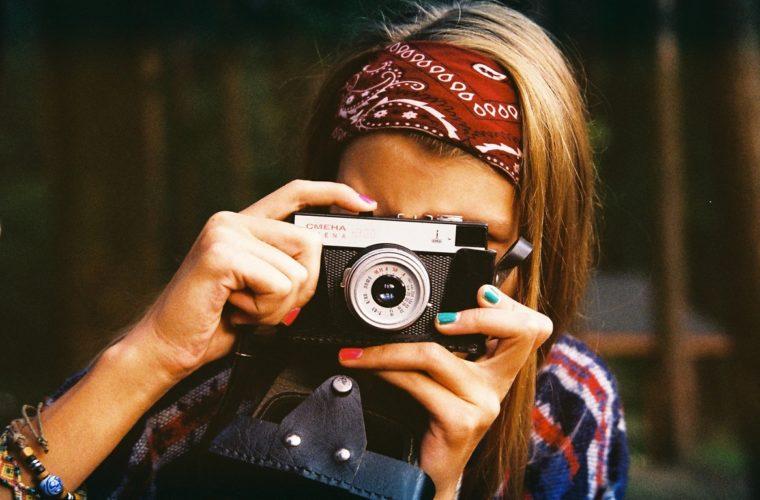 Mulher Fotografando - Direitos Autorais