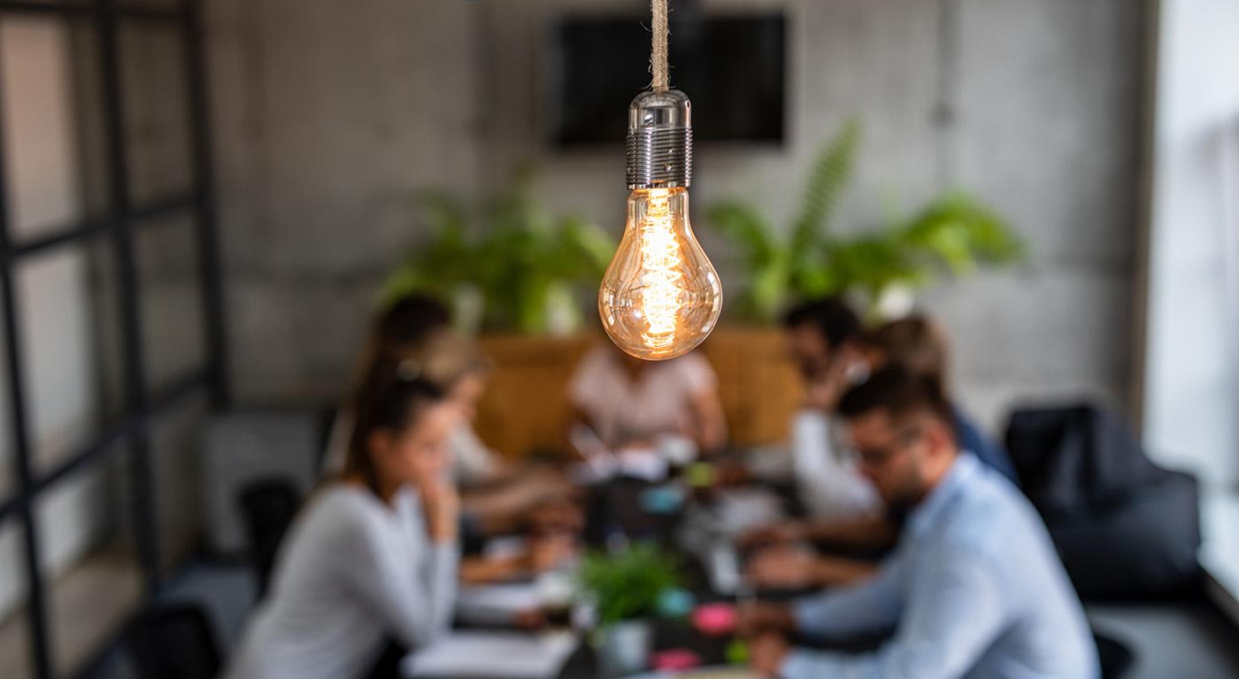 reunião de negócios, foco na lâmpada e pessoas atrás