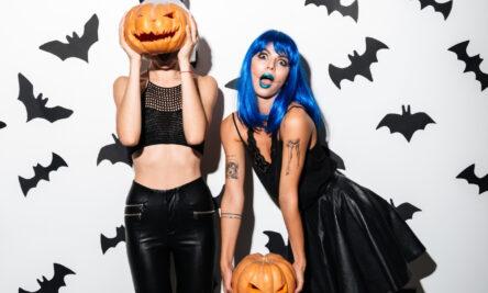 Duas mulheres fantasiadas no Halloween