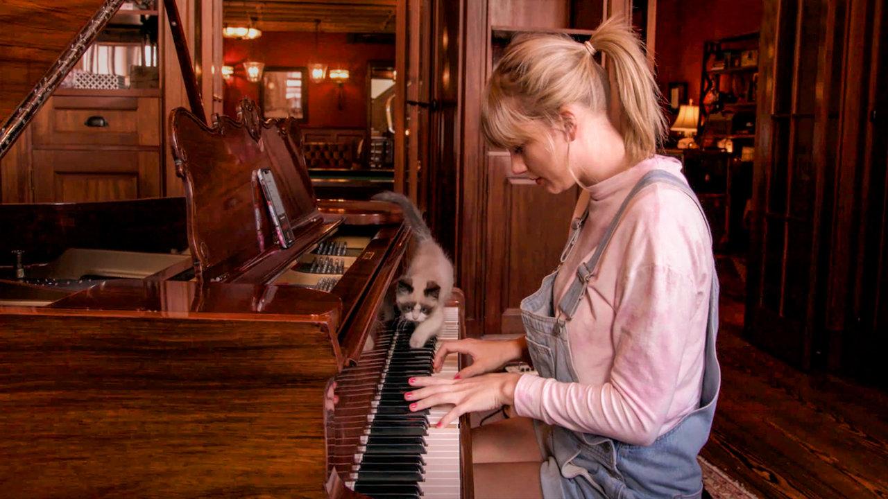 Taylor ama tocar piano e seu gato está sempre com ela. Miss americana
