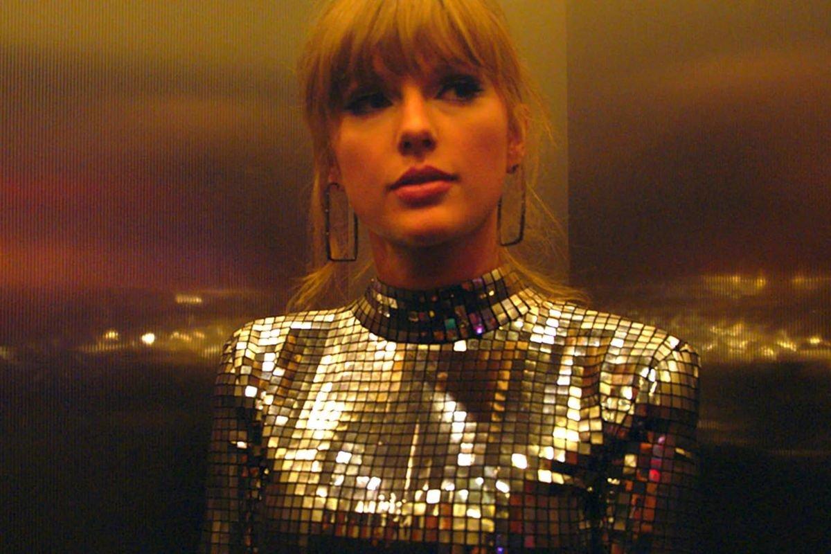 Taylor se preparando para um show em Miss Americana