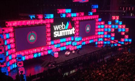 painel multicolorido com logo da web summit