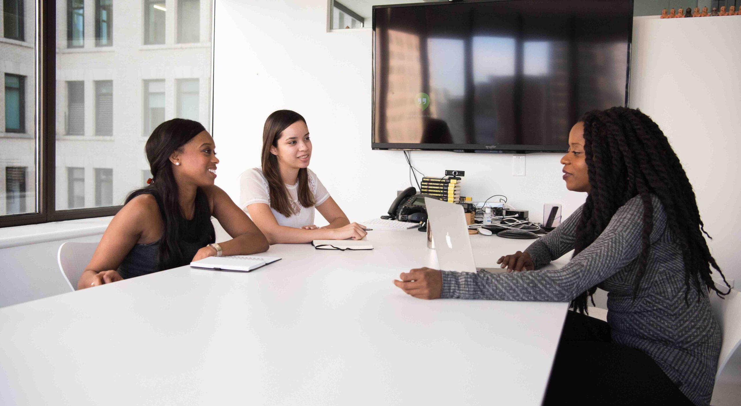 iniciativas de empreendedorismo feminino mulheres sentadas na mesa com computador