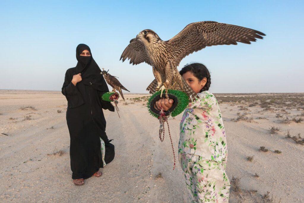Ayesha Al Mansoori e a arte da falcoaria nos Emirados Árabes