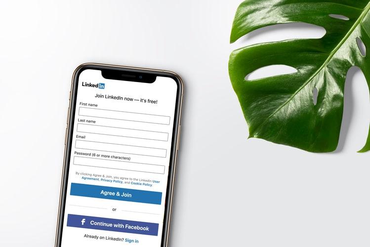 Tela de celular com a página inicial do LinkedIn. LinkedIn Top Voices Brasil